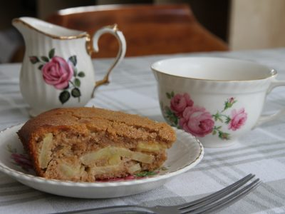 Delicious whole wheat cake with honey and apples!